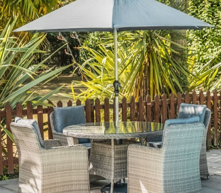 GARDEN FURNITURE & OUTDOOR LIVING